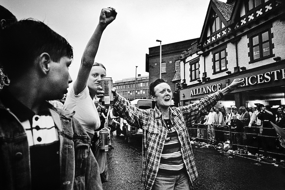 Des femmes protestantes acclament la parade du Twelfth, Belfast.