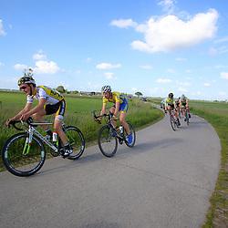 HARDERWIJK (NED) wielrennen: De dertigste Parel van de Veluwe voor mannen werd onder zonnige omstandigheden verreden. Kopgroep bij het Veluwemeer
