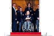 DEN HAAG - Koning Willem-Alexander (M), samen met gouden medaille winnaar Snowboardster Bibian Mentel  en Pieter van Vollenhoven (L) en Prinses Margriet (R) poseren met de Nederlandse deelnemers van Paralympische Spelen 2014, aan de voorzijde van Paleis Noordeinde. COPYRIGHT ROBIN UTRECHT