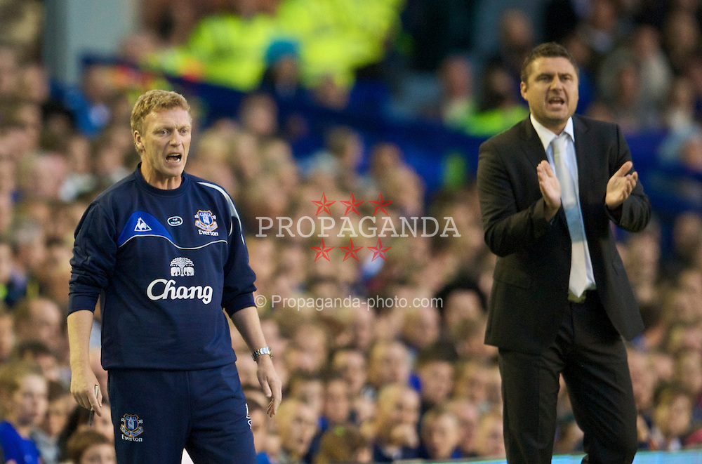 LIVERPOOL, ENGLAND - Thursday, August 20, 2009: Everton's manager David Moyes and SK Sigma Olomouc's head coach Zdenek Psotka during the UEFA Europa League Play-Off 1st Leg match at Goodison Park. (Photo by David Rawcliffe/Propaganda)