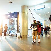 Bangkok, Thailande 23 mars 2014 - Dernier-né des centres commerciaux de Bangkok, le Terminal 21 est un endroit atypique. Construit et modélisé à l'image d'un aéroport, il permet à ses visiteurs de faire escale dans les plus belles capitales du monde tout en faisant leurs emplettes. Le Terminal 21 Bangkok propose aux « shoppers » de faire un voyage dans le voyage, Les escalators invitent les visiteurs à accéder aux portes d'embarquements de chaque étage ou ville, portes d'entrée aux nombreuses boutiques que compte le Terminal 21. On remarquera la présence d'un panneau « arrivée » (arrival) à la fin de chaque escalator pour signaler aux visiteurs qu'ils sont bien arrivés dans une nouvelle destination.