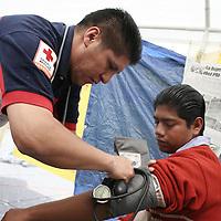 Toluca, Mex.- Paramedicos de la Cruz Roja Mexicana atienden a maestros que se encuentran en huelga de hambre desde hace tres dias, exigiendo sean respetados los convenios con el Gobierno Estatal de equipar las escuelas. Agencia MVT / Carlos Tischler (DIGITAL)<br /> <br /> NO ARCHIVAR - NO ARCHIVE