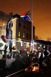 05.12.2013, Johannesburg, ZAF, Nelson Mandela, der Gigant des Humanismus ist im Alter von 95 Jahren in seinem Haus an den Folgen einer Lungenentzuendung gestorben, im Bild People mourn for the death of former South African President Nelson Mandela outside the South African embassy, Washington, the United States of America, following Nelson Mandela's death // Nelson Mandela a giant of humanism died in his house in Johannesburg, South Africa on 2013/12/05. EXPA Pictures © 2013, PhotoCredit: EXPA/ Photoshot/ Fang Zhe<br /> <br /> *****ATTENTION - for AUT, SLO, CRO, SRB, BIH, MAZ only*****