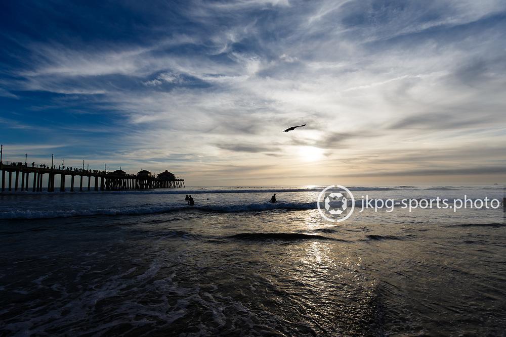 161106 Surfing, Huntington Beach, Municipial pier<br /> &Ouml;versikt &ouml;ver stranden och piren.<br /> &copy; Daniel Malmberg/Jkpg Sports Photo