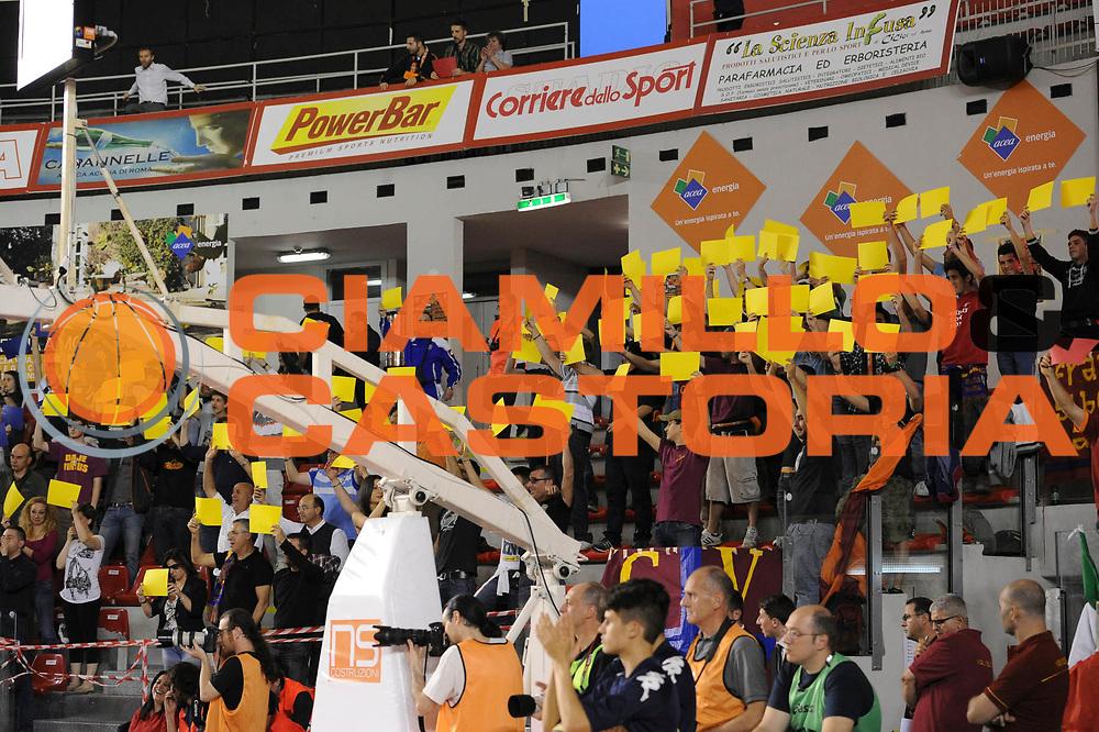 DESCRIZIONE : Roma Lega A 2012-13 Acea Virtus Roma Trenkwalder Reggio Emilia Gara 1<br /> GIOCATORE : <br /> CATEGORIA : tifosi pre game<br /> SQUADRA : Acea Virtus Roma<br /> EVENTO : Campionato Lega A 2012-2013 Play Off Quarti Gara1<br /> GARA : Acea Virtus Roma Trenkwalder Reggio Emilia Gara 1 <br /> DATA : 09/05/2013<br /> SPORT : Pallacanestro <br /> AUTORE : Agenzia Ciamillo-Castoria/N. Dalla Mura<br /> Galleria : Lega Basket A 2012-2013 <br /> Fotonotizia : Roma Lega A 2012-13 Acea Virtus Roma Trenkwalder  Reggio Emilia Gara 1