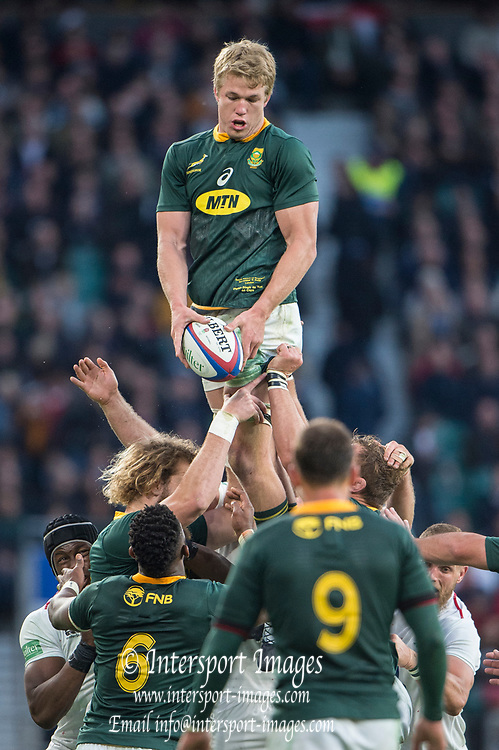 Twickenham, United Kingdom, Saturday, 3rd November 2018, RFU, Rugby, Stadium, England,   RSA Lock, Pieter-Steph du TOIT, passes to ball after winning the line out ball, during the Quilter, Autumn International, England vs South Africa, © Peter Spurrier