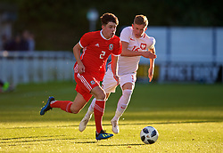 BANGOR, WALES - Monday, October 15, 2018: Wales' Neco Williams (L) and Poland's Mateusz Bogusz during the UEFA Under-19 International Friendly match between Wales and Poland at the VSM Bangor Stadium. (Pic by Paul Greenwood/Propaganda)