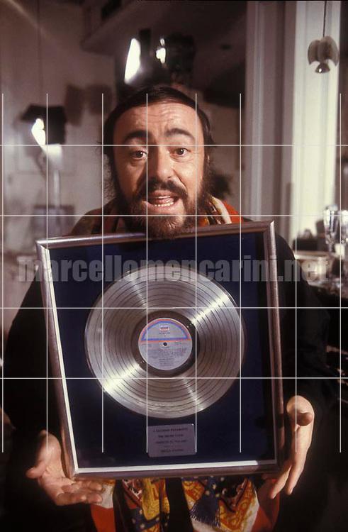 Milan, 1988. Tenor Luciano Pavarotti receiving the Platinum LP Record Award / Milano, 1988. Il tenore Luciano Pavarotti riceve il disco di Platino - © Marcello Mencarini