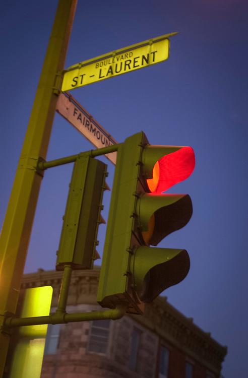 Au coin des rues St-Laurent et Fairmount, dans le quartier du Mile-End, Montréal