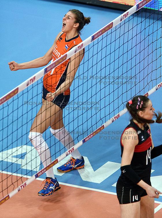 06-01-2016 TUR: European Olympic Qualification Tournament Turkije - Nederland, Ankara<br /> Nederland start sterk en pakt de eerste set / Vreugde bij Anne Buijs #11