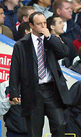 Fotball<br /> Premier League 2004/05<br /> Chelsea v Liverpool<br /> 3. oktober 2004<br /> Foto: Digitalsport<br /> NORWAY ONLY<br /> A dejected Liverpool manager Raphael Benitez watches the play during his team's 1-0 loss