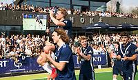 AMSTELVEEN -  Hockey Hoofdklasse heren Pinoke-Amsterdam (3-6). Dennis Warmerdam (Pinoke) , die  vanwege kanker en een tumor in zijn arm, zijn hockeycarrière moet beëindigen , op de schouders bij Pieter Sutorius en Matis Papa.,  na afloop van de wedstrijd tegen A'dam. COPYRIGHT KOEN SUYK
