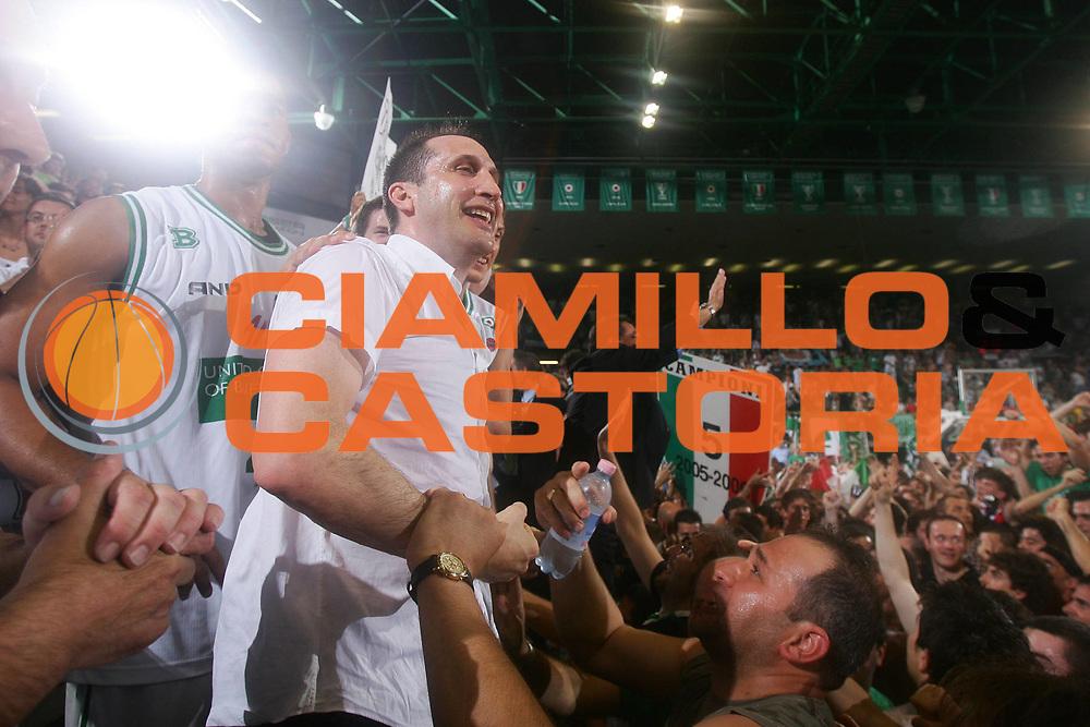 DESCRIZIONE : Treviso Lega A1 2005-06 Play Off Finale Gara 4 Benetton Treviso Climamio Fortitudo Bologna <br /> GIOCATORE : Blatt <br /> SQUADRA : Benetton Treviso <br /> EVENTO : Campionato Lega A1 2005-2006 Play Off Finale Gara 4 <br /> GARA : Benetton Treviso Climamio Fortitudo Bologna <br /> DATA : 20/06/2006 <br /> CATEGORIA : Esultanza <br /> SPORT : Pallacanestro <br /> AUTORE : Agenzia Ciamillo-Castoria/S.Silvestri