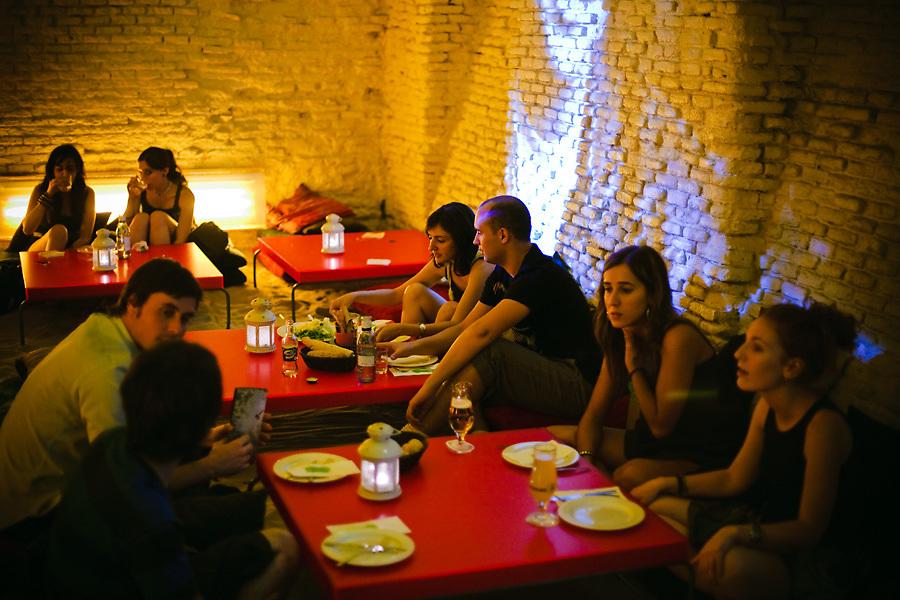 Malasaña tiene vida a cualquier hora del día. En el Ojalá Awareness Club, el atractivo es cenar con luz tenue, en mesas o en el suelo, al estilo oriental.