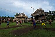 Jóvenes jugando voleyball, Comunidad indígena La Chunga, Comarca Embera – Wounaan en la Provincia de Darién, Panamá.  La Chuga, ubicada en el  Rio Sambu, forma parte del corredor biológico de Bagres con sus inmensos bosques tropicales.