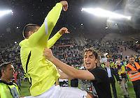 FUSSBALL INTERNATIONAL  SERIE A  SAISON  2011/2012  37.Spieltag  Cagliari Calcio - Juventus Turin  06.05.2012 Leonardo Bonucci (links), Alessandro Matri (rechts beide Juventus) jubeln nach dem Spiel ueber den Sieg
