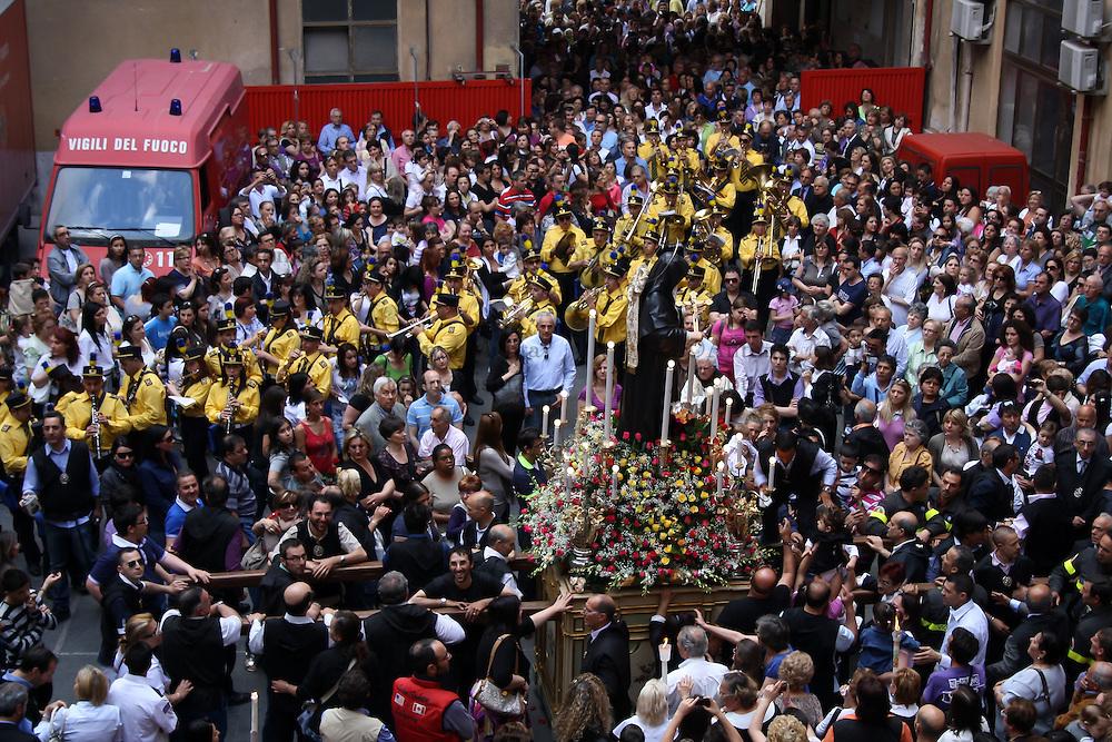 I Vigili del Fuoco di Palermo omaggiano la processione di Santa Rita da Cascia all&rsquo;interno della propria Caserma sita nei pressi della Chiesa di Sant&rsquo;Agostino.<br /> <br /> The Fire Department of Palermo pays homage to Saint Rita inside its caserma located near the Church of St. Augustine.