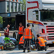 Op woensdag 23 mei 2012 omstreeks 15.00 uur, vond een ernstig verkeersongeval plaats tussen een vrachtwagen en een motorrijder. De vrachtwagen reed over de Delflandlaan te Amsterdam, vanuit de richting van het confectiecentrum en wilde linksaf slaan, de oprit op van de Corn. Lelylaan. Een motorrijder reed in tegenovergestelde richting, komende vanuit de Derkinderenstraat en reed met volle vaart tegen de vrachtwagen. De motorrijder is met nog onbekend letsel afgevoerd naar het ziekenhuis. Foto JOHN VAN IPEREN