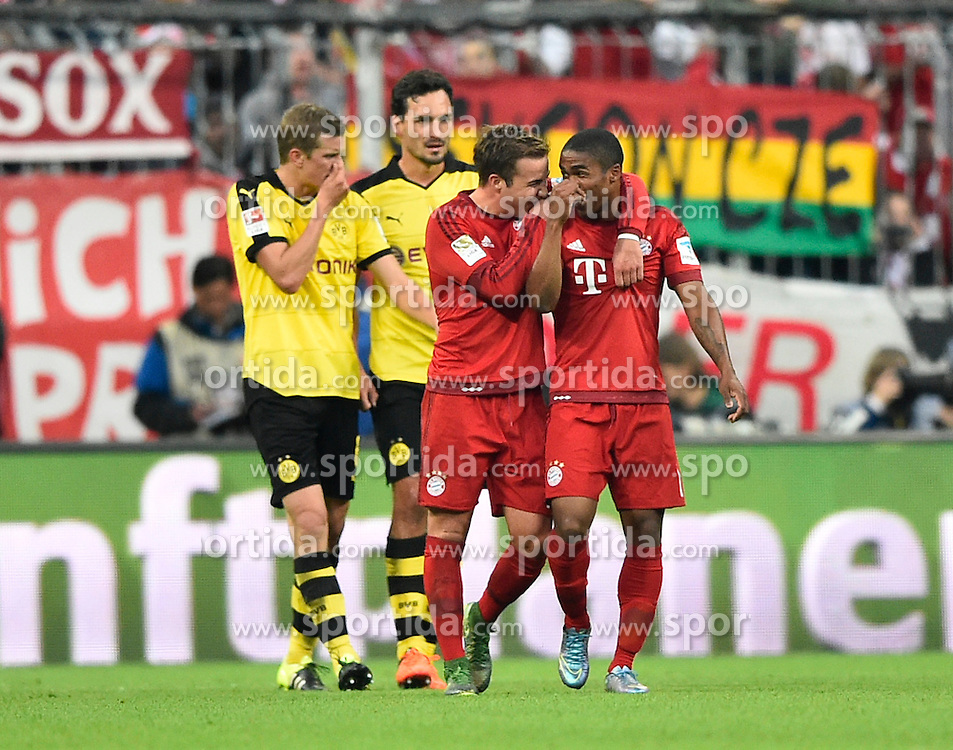 04.10.2015, Allianz Arena, Muenchen, GER, 1. FBL, FC Bayern Muenchen vs Borussia Dortmund, 8. Runde, im Bild TOR zum 4:1 durch Robert Lewandowski FC Bayern Muenchen Torjubel Mario Goetze FC Bayern Muenchen (links) und Douglas Costa FC Bayern Muenchen (rechts) dahinter enttaeuscht Sven Bender (Dortmund) und Mats Hummels (Dortmund) // during the German Bundesliga 8th round match between FC Bayern Munich and Borussia Dortmund at the Allianz Arena in Muenchen, Germany on 2015/10/04. EXPA Pictures &copy; 2015, PhotoCredit: EXPA/ Eibner-Pressefoto/ Weber<br /> <br /> *****ATTENTION - OUT of GER*****