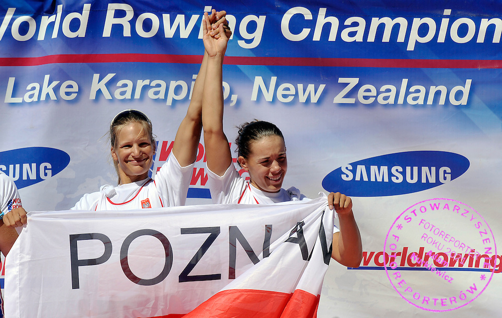 (L) JULIA MICHALSKA & (R) MAGDALENA FULARCZYK (BOTH POLAND) CELEBRATE THEIR BRONZE MEDALS AFTER WOMEN'S DOUBLE SCULLS FINAL A DURING REGATTA WORLD ROWING CHAMPIONSHIPS ON KARAPIRO LAKE IN NEW ZEALAND...NEW ZEALAND , KARAPIRO , NOVEMBER 07, 2010..( PHOTO BY ADAM NURKIEWICZ / MEDIASPORT )..PICTURE ALSO AVAIBLE IN RAW OR TIFF FORMAT ON SPECIAL REQUEST.