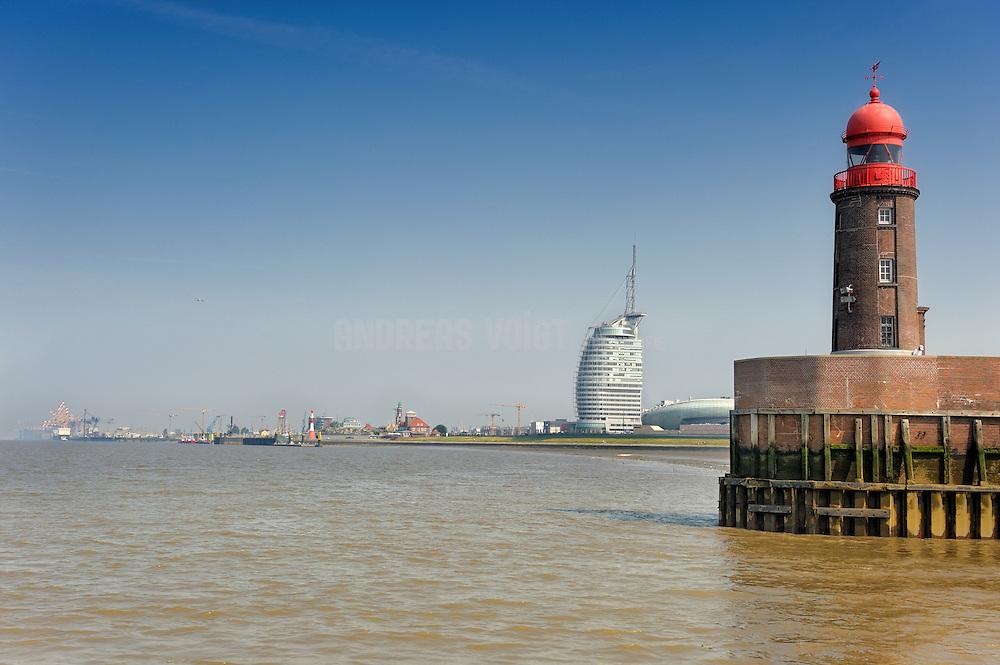 """Leuchtturm """"Am alten Vorhafen"""" mit Geestemündung und Atlantic-Hotel"""