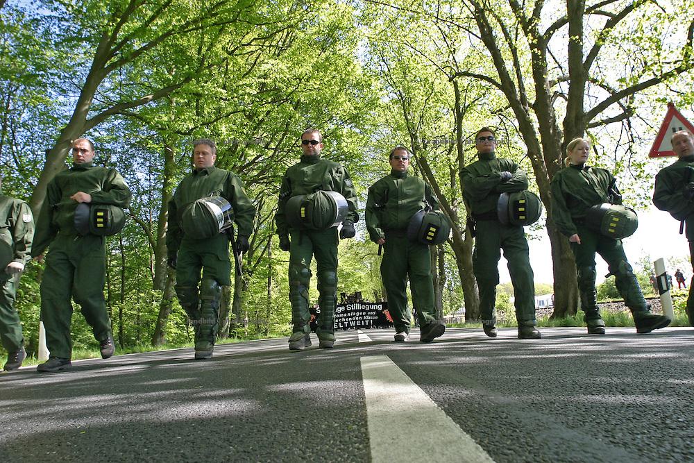 Polizisten laufen vor einer Anti-G8 Demonstration. Im Ostseebad Heiligendamm wird Anfang Juni ein G8-Gipfeltreffen stattfinden. Policemen walking in front of an anti G8 demonstration in heiligendamm. In the early June a G8 Summit will be hold in north-eastern Village Heiligendamm.