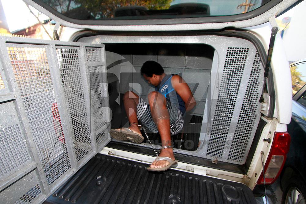 Rio de Janeiro,20 de julho de 2012- No in&iacute;cio d a tarde dessa sexta-feira(20) o taficante Gutemberg da Silva de Oliveira que particpou do resgate do traicante DG na 25&ordf;DP foi capturado por policiais do sevi&ccedil;o reservado (P2) do 41&ordf; BPM na  comunidade do Jacar&eacute;.O preso foi levado para  25&ordf;DP no Rocha zona  norte do RJ sob forte esquema de seguran&ccedil;a, por policias civis.<br /> O Traficante foi levado para IML e onde seguir&aacute; para o complexode pres&iacute;dios de Bang&uacute;.O traficante ser&aacute;  indiciado  tamb&eacute;m pelo uso de jaquete, bal&iacute;stica, de  comercializa&ccedil;&atilde;o  proibida e sem venda  no Brasil .<br /> Guto Maia Brazil Photo Press