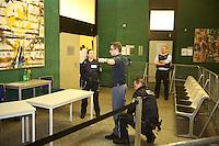 Mannheim. 01.03.17   BILD- ID 113  <br /> Unter hohe Sicherheitsvorkehrungen beginnt heute morgen am Landgericht der Prozess gegen einen 57-j&auml;hrigem Mann aus der T&uuml;rkei. Die Staatsanwaltschaft wirft ihm versuchten Mord vor. Er soll im Juni vergangenen Jahres in der Fahrlachstra&szlig;e f&uuml;nf Sch&uuml;sse auf einen Landsmann abgegeben haben. Die Hinterr&uuml;nde der Tat sind bisher weithin ungekl&auml;rt. Es k&ouml;nnten aber politische Interessen eine Rolle spielen. Der Mann auf den geschossen worden war, tritt bei dem Prozess als Nebenkl&auml;ger auf. Er soll ein Anh&auml;ner des t&uuml;rkischen Ministerpr&auml;sidenten Recep Tayyip Erdoğan sein. Der Angeklagte, so beschreibt es sein Verteidiger Stefan Alleier, geh&ouml;re keiner politischen Gruppierung an, er sei aber am Tattag nach Deutschland gereist, um einen Streit zwischen zerstrittenen Parteien zu schlichten. Geschossen habe sein Mandant erst dann, als er von seinem Gegen&uuml;ber angegriffen worden sei.<br /> Nach der Verlesung der Anklage durch die Staatsanwaltschaft, m&ouml;chte sich der Angeklagte mit einer ausf&uuml;hrlichen Erkl&auml;rung zum Tathergang &auml;u&szlig;ern. Der Beginn des Prozesses ist um 9 Uhr geplant.<br /> Bild: Markus Prosswitz 01MAR17 / masterpress (Bild ist honorarpflichtig - No Model Release!)