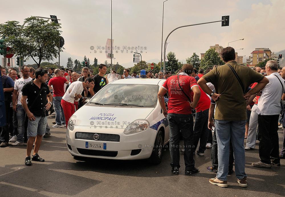 Palermo, strike of the shipyard workers, the workers block the the streets.<br /> Palermo sciopero degli operai della Fincantieri, i lavoratori bloccano il traffico.