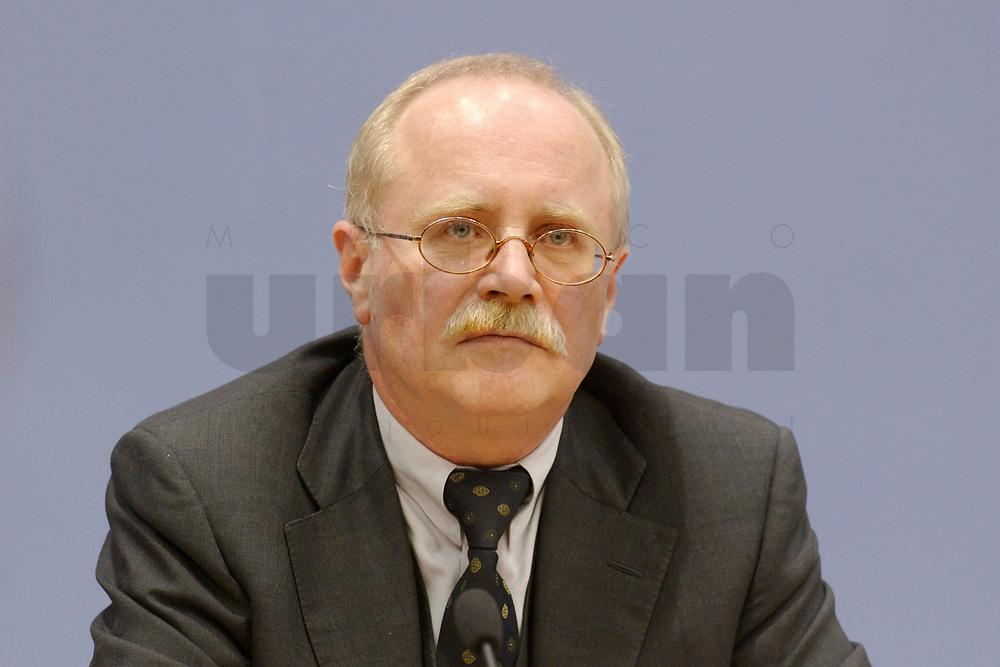 28 NOV 2002, BERLIN/GERMANY:<br /> Dr. Herbert Rische, Preaesident der Bundesversicherungsanstalt fuer Angestellte, waehrend einer Pressekonferenz zur Riester-Rente, Bundespressekonferenz<br /> IMAGE: 20021128-01-018