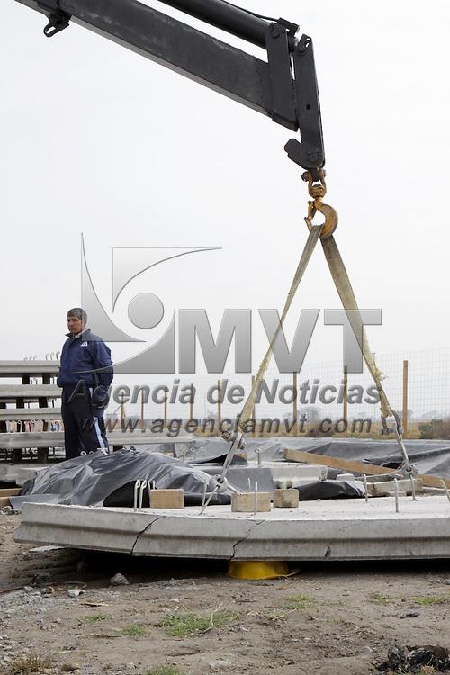 TOLUCA, México.- Alfredo Sánchez de  32 años de edad perdió la vida esta mañana al caerle una placa de concreto mientras laboraba  en la construcción de un puente vehicular en la carretera Toluca-Naucalpan, a la altura del ejido de San Mateo Otzacatipan, elementos de la Agencia de Seguridad Estatal  (ASE) resguardaron el lugar. Agencia MVT / Crisanta Espinosa. (DIGITAL)