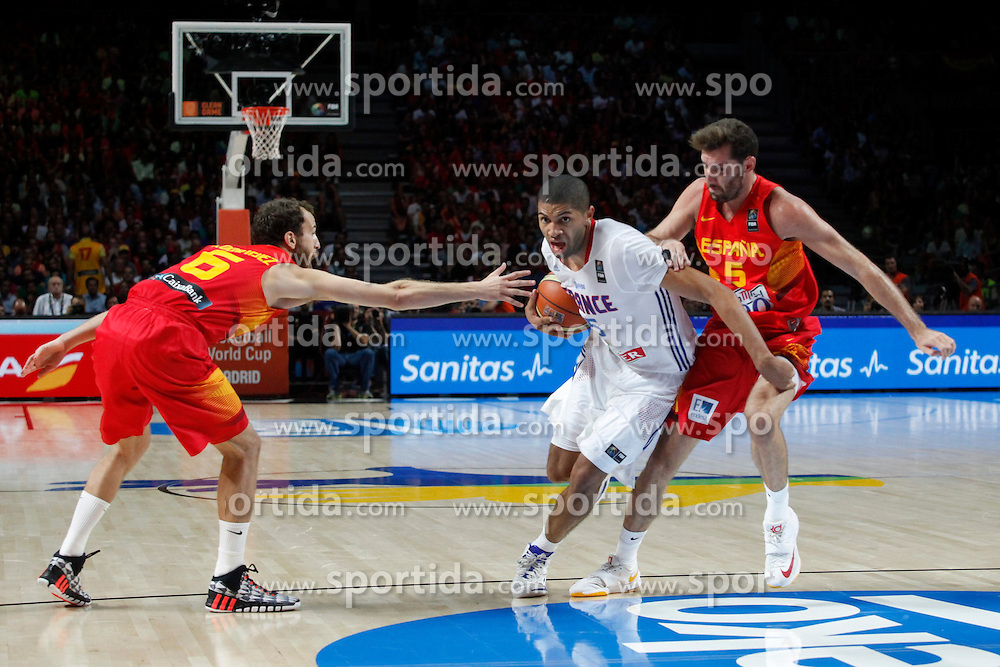 10.09.2014, Palacio de los deportes, Madrid, ESP, FIBA WM, Frankreich vs Spanien, Viertelfinale, im Bild Spain´s Sergio Rodriguez and Rudy Fernandez and France´s Batum // during FIBA Basketball World Cup Spain 2014 Quarter-Final match between France and Spain at the Palacio de los deportes in Madrid, Spain on 2014/09/10. EXPA Pictures © 2014, PhotoCredit: EXPA/ Alterphotos/ Victor Blanco<br /> <br /> *****ATTENTION - OUT of ESP, SUI*****