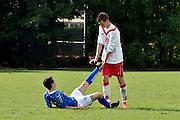 Nederland, Angeren, 10-8-2014Tijdens een voetbaltoernooi van amateurclubs krijgt een vn de spelers kramp in zijn been.Een speler van de tegenstander komt te hulp.FOTO: FLIP FRANSSEN/ HOLLANDSE HOOGTE