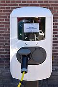 Nederland, Enschede, 2-7-2018De eigenaar van een elektrisch aangedreven auto kan zijn voertuig aan een laadpaal opladen bij de spinnerij Oosterveld .FOTO: FLIP FRANSSEN