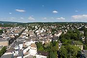 Blick auf Wiesbaden und Villenviertel, Taunus mit Neroberg im Hintergrund, Wiesbaden, Hessen, Deutschland | view of city of Wiesbaden, Taunus hills in background, Wiesbaden, Hesse, Germany