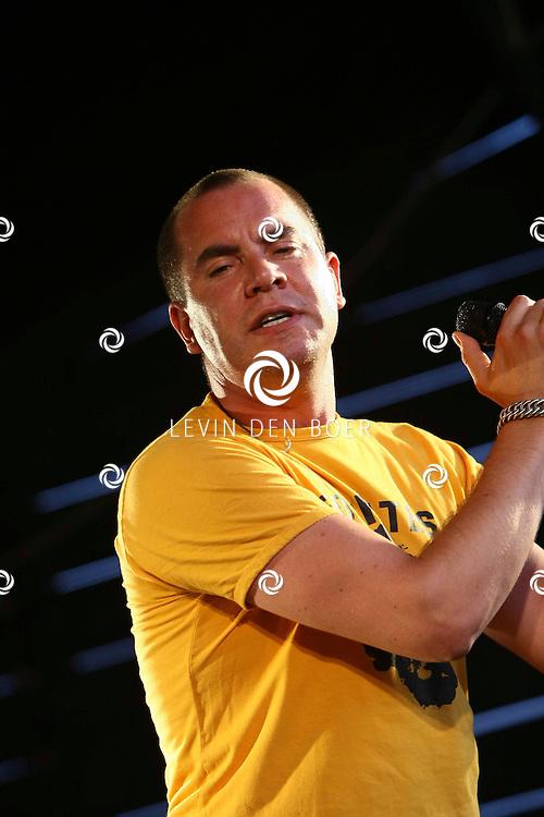 ROSSUM - Bij Adriaan op het boerenveld is weer een heel weekend RosRock georganiseerd met een optreden van rockband Zeus. De zanger hiervan is Jeroen van Koningsbrugge. FOTO LEVIN DEN BOER - PERSFOTO.NU