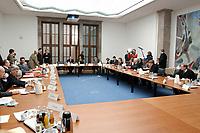 06 FEB 2003, BERLIN/GERMANY:<br /> Uebersicht der ersten Sitzung der Arbeitsgruppe Gesundheit der Ruerup-Kommission unter Vorsitz von Prof. Bert Ruerup, Bundesministerium fuer Gesundheit und Soziale Sicherung<br /> IMAGE: 20030206-01-015<br /> KEYWORDS: Rürup-Kommission