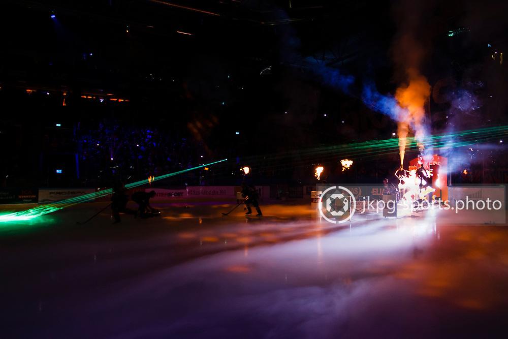 150423 Ishockey, SM-Final, V&auml;xj&ouml; - Skellefte&aring;<br /> Spelarna i V&auml;xj&ouml; Lakers Hockey g&ouml;r entre innan matchen.<br /> &copy; Daniel Malmberg/Jkpg sports photo