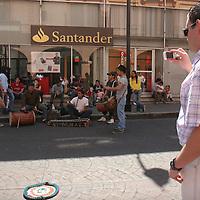 Toluca, Mex.- Los paseantes que cruzan por la avenida Hidalgo, que permanece cerrada a la circulación vehicular los domingos, se detienen un momento para escuchar el ritmo de los tambores que varios jóvenes interpretan diversas piezas, baile y ritmo los ayudan a conseguir algunas monedas. Agencia MVT / Crisanta Espinosa. (DIGITAL)<br /> <br /> NO ARCHIVAR - NO ARCHIVE
