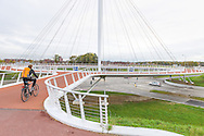 Nederland, EIndhoven, 20151106<br /> Eerste zwevende fietspad ter wereld<br /> De Hovenring tussen Veldhoven en Eindhoven. De eerste zwevende fietsrotonde ter wereld hangend met kabels aan een kolom van 70 meter hoog.<br /> <br /> Netherlands, EIndhoven, 20151106<br /> First floating cycling path in the world<br /> The Hovenring between Veldhoven and Eindhoven. The first floating bicycle roundabout world hanging by cables to a column of 70 meters high.