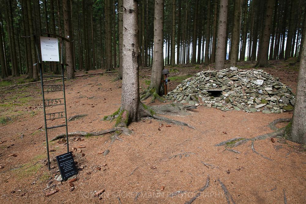 memorial for the US soldier Robert Cahow at Ochsenkopf in the Huertgen forest, he was found here accidently 56 years after his death, North Rhine-Westphalia, Germany.<br /> <br /> Gedenkstaette fuer den US-Soldaten Robert Cahow am Ochsenkopf im Huertgenwald, er wurde hier 56 Jahre nach seinem Tod zufaellig gefunden, Nordrhein-Westfalen, Deutschland.