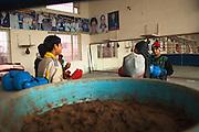 Des petits élèves du Bhiwani Boxing Club, rigolent entre eux dans un moment de pause, dans le gymnase de l'école, à Bhiwani. Les plus petits n'ont que 9 années