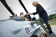 Nederland, Volkel, 30-6-2016De zes F16 gevechtsvliegtuigen keren terug van hun missie boven Irak en Syrie tegen het kalifaat van IS, islamitische staat . De vliegtuigen werden verwelkomt door minister van defensie Jeanine Hennis Plasschaert die van een van de piloten een doos Irakees gebak toegestopt kreeg.FOTO: FLIP FRANSSEN/ HH