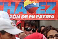 SAÚDE DE CHÁVEZ -  CARACAS - 05/01/2013 .INTERNACIONAL -  A Assembléia Nacional da Venezuela teve hoje sua primeira sessão de 2013. A sessão de hoje é para a eleição da junta directiva (mesa executiva). Essa eleição ganhou importância política nos últimos dias em razão da incerteza que cerca o próximo mandato do líder bolivariano Hugo Chávez. O presidente da Assembléia Nacional é quem deve assumir a presidência do país em caso da ausência do presidente eleito no dia de sua posse, que esta marcado para o dia 10 de janeiro, e depois convocar novas eleições em até 30 dias. O atual presidente Diosdado Cabello, foi reeleito presidente da Assembléia Nacional. Centenas de apoiadores do presidente, em Cuba desde uma cirurgia contra um câncer feita no dia 11, ocuparam a frente do Parlamento.. FOTO: DANIEL GUIMARÃES/FRAME