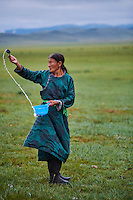 Mongolie, Province de Arkhangai, campement nomade, femme nomade faisant une offrande à Tengri, l'esrpits du Ciel // Mongolia, Arkhangai province, nomad woman making an offering to Tengri, the spirit of the sky