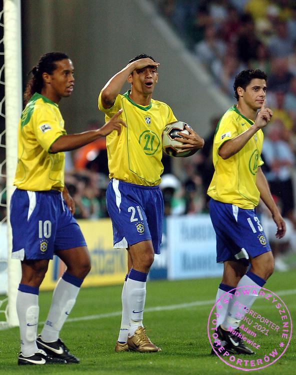 n/z.: Ronaldinho (nr10-Brazylia) , Ricardo Oliveira (nr21-Brazylia) , Ze Roberto (nr11-Brazylia) podczas meczu Pucharu Konfederacji Niemcy 2005 Brazylia (zolte) - Meksyk (zielone) 0:1 , reprezentacja , sezon 2004/2005 , pilka nozna , Niemcy , Hanower , 19-06-2005 , fot.: Adam Nurkiewicz / mediasport..Ronaldinho (nr10-Brazil) , Ricardo Oliveira (nr21-Brazil) , Ze Roberto (nr11-Brazil) during Confederations Cup soccer match in Hanover. June 19, 2005 ; Brazil (yellow) - Mexico (green) 0:1 , season 2004/2005 , Germany , Hanover ( Photo by Adam Nurkiewicz / mediasport )