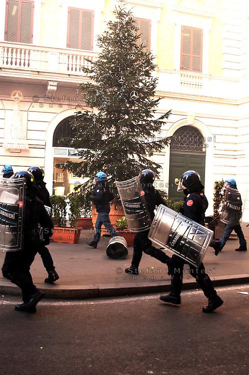 Roma 14 Dicembre 2010.<br /> Manifestazione contro il Governo Berlusconi. Polizia e carabinieri caricano in via del Corso<br /> Rome December 14, 2010.<br /> Demonstration against the Berlusconi government.