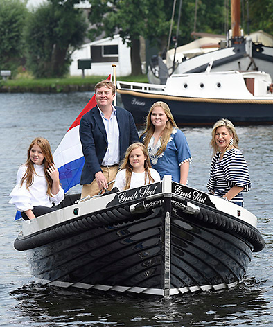 Het koninklijk gezin maakt een vaartocht over de Kagerplassen en poseert op de kade tijdens de jaarlijkse zomerfotosessie.<br /> <br /> The royal family makes a cruise on the Kagerplassen and pose on the quay during the annual summer photography session.<br /> <br /> Op de foto / On the photo:  Koning Willem-Alexander en koningin Maxima met hun dochters prinses Amalia, prinses Ariane en prinses Alexia <br /> <br /> King William Alexander and Queen Maxima with their daughters Princess Amalia, Princess Ariane and Princess Alexia