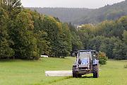 Traktor mäht Wiese bei Rohrbach, Odenwald, Naturpark Bergstraße-Odenwald, Hessen, Deutschland | grass cutting near Rohrbach, Odenwald, Hessen, Germany
