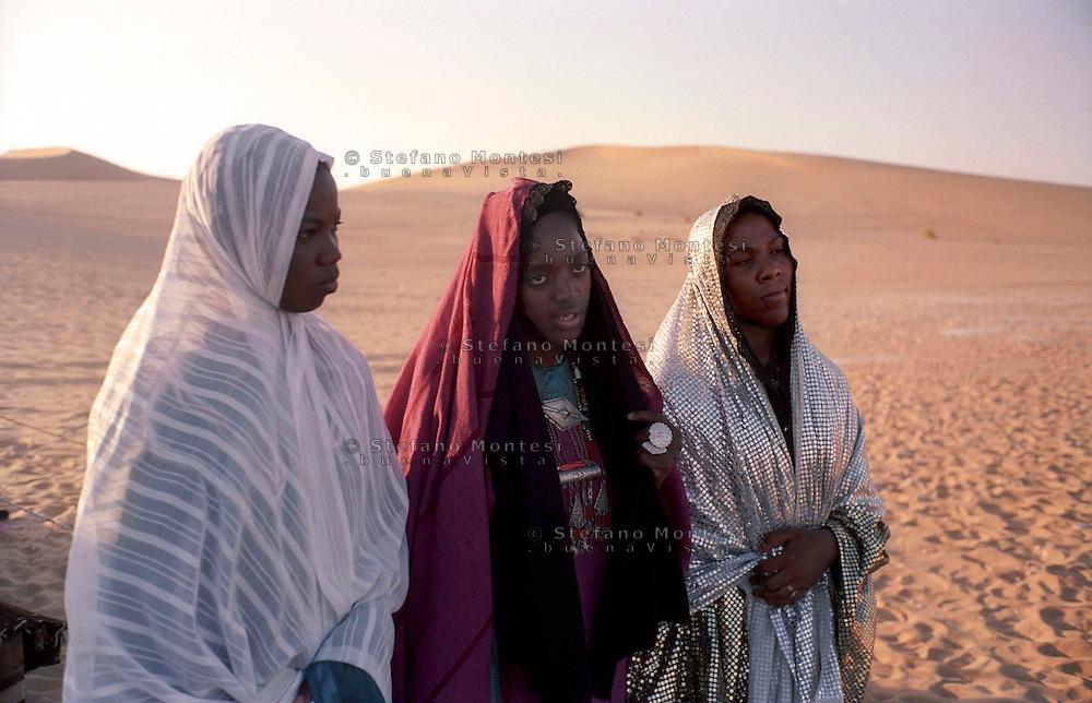 Libia, Ghadhames 2002. Donne Tuareg  .Libya, Ghadhames 2002.Women Tuareg  in the desert of the Sahara.